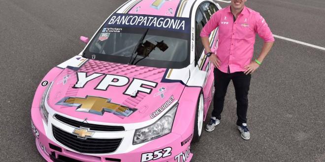 El piloto Franco Vivian junto al Chevrolet Cruze rosa en campaña de concientización Cáncer de Mama FOTO 2